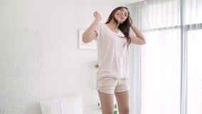 Σε αργή κίνηση - ο όμορφος έφηβος απολαμβάνει και έχοντας τη διασκέδαση χαλαρώστε στο σπίτι απόθεμα βίντεο