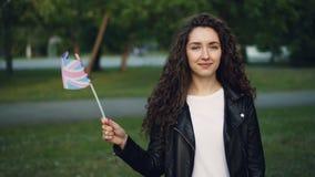 Σε αργή κίνηση πορτρέτο ευτυχής βρετανική κυματίζοντας σημαία σπουδαστών του Ηνωμένου Βασιλείου, που εξετάζει τη κάμερα και τη στ απόθεμα βίντεο