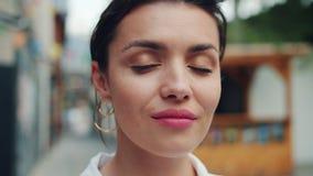 Σε αργή κίνηση πορτρέτο κινηματογραφήσεων σε πρώτο πλάνο της νέας κυρίας που εξετάζει τη κάμερα με το ελαφρύ χαμόγελο φιλμ μικρού μήκους