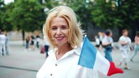 Σε αργή κίνηση πορτρέτο της αρκετά γαλλικής σημαίας γυναικείας εκμετάλλευσης της Γαλλίας υπαίθρια απόθεμα βίντεο