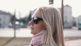 Σε αργή κίνηση πορτρέτο της βέβαιας όμορφης γυναίκας Ελκυστικά επιτυχή καυκάσια θηλυκά γυαλιά ηλίου τρίχας λείανσης πετώντας απόθεμα βίντεο