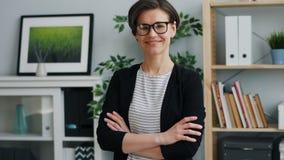 Σε αργή κίνηση πορτρέτο της επιχειρηματία που εξετάζει το χαμόγελο καμερών στην αρχή απόθεμα βίντεο