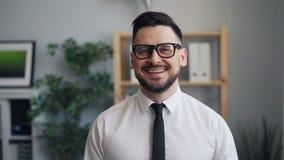 Σε αργή κίνηση πορτρέτο του γενειοφόρου επιχειρηματία ατόμων που εξετάζει το χαμόγελο καμερών φιλμ μικρού μήκους