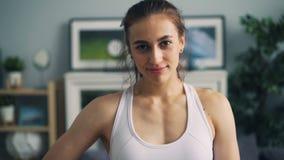 Σε αργή κίνηση πορτρέτο του όμορφου φίλαθλου κοριτσιού που εξετάζει τη κάμερα και το χαμόγελο απόθεμα βίντεο
