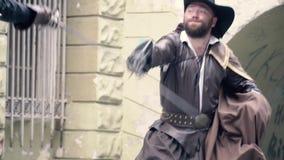 Σε αργή κίνηση πυροβολισμός, ένα ζευγάρι των μουσκετοφόρων που παλεύουν σε μια μονομαχία απόθεμα βίντεο