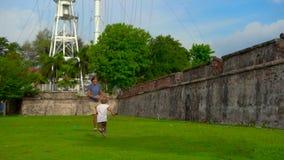 Σε αργή κίνηση πυροβολισμός ενός πατέρα και ενός γιου που περπατούν και που παίζουν στο οχυρό Cornwallis στο νησί Penang, Μαλαισί απόθεμα βίντεο