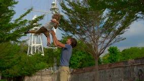 Σε αργή κίνηση πυροβολισμός ενός πατέρα και ενός γιου που περπατούν και που παίζουν στο οχυρό Cornwallis στο νησί Penang, Μαλαισί φιλμ μικρού μήκους