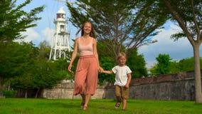 Σε αργή κίνηση πυροβολισμός μιας μητέρας και ενός γιου που περπατούν και που παίζουν στο οχυρό Cornwallis στο νησί Penang, Μαλαισ απόθεμα βίντεο