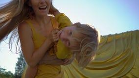 Σε αργή κίνηση πυροβολισμός μιας νέων γυναίκας και της λίγος γιος που έχει τη διασκέδαση μπροστά από ένα άγαλμα να βρεθεί Βούδας  φιλμ μικρού μήκους