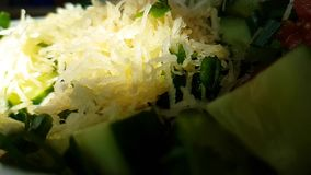 Σε αργή κίνηση πυροβολισμός ντοματών σέλινου σαλάτας αγγουριών απόθεμα βίντεο