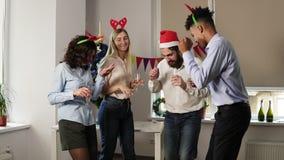 Σε αργή κίνηση πυροβολισμός: Ομάδα ευτυχών εργαζομένων γραφείων που χορεύουν κατά τη διάρκεια του εταιρικού νέου κόμματος έτους π φιλμ μικρού μήκους