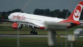 Σε αργή κίνηση πυροβολισμός του πλησιάζοντας airbus A330 των αερογραμμών Airberlin απόθεμα βίντεο