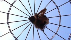 Σε αργή κίνηση πυροβολισμός, το brunette που τραβά το πόδι στο κεφάλι και κρεμά στο δαχτυλίδι για το εναέριο acrobatics φιλμ μικρού μήκους