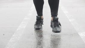 Σε αργή κίνηση πυροβολισμός των ποδιών ενός δρομέα στα πάνινα παπούτσια Αρσενικός αθλητής που υπαίθρια Ενιαίος δρομέας που τρέχει φιλμ μικρού μήκους
