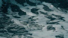 Σε αργή κίνηση πυροβολισμός των foamy κυμάτων παλίρροιας θάλασσας φιλμ μικρού μήκους