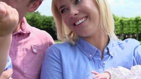 Σε αργή κίνηση πυροβολισμός της οικογένειας με την κόρη μωρών στον κήπο απόθεμα βίντεο