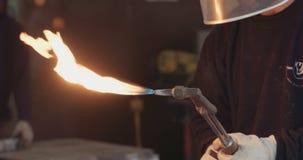 Σε αργή κίνηση πυροβολισμός των οξυγονοκολλητών που ενώνουν στενά το μέταλλο σε ένα εργαστήριο απόθεμα βίντεο