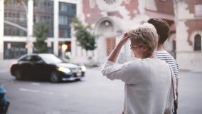 Σε αργή κίνηση ρομαντικά χέρια εκμετάλλευσης περπατήματος ζευγών που εξερευνούν τις θερινές οδούς της Νέας Υόρκης που συζητά τα σ απόθεμα βίντεο
