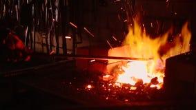 Σε αργή κίνηση σιδηρουργός που σφυρηλατεί ένα ξίφος απόθεμα βίντεο