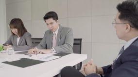 Σε αργή κίνηση - συνεδρίαση των επιχειρηματιών στον εργασιακό χώρο με το συνάδελφό του και την υπογραφή μιας σύμβασης φιλμ μικρού μήκους