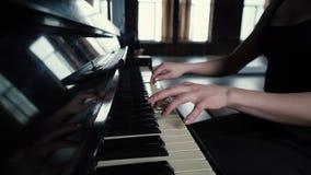 Σε αργή κίνηση - τα δάχτυλα του κοριτσιού που παίζει τα κλειδιά πιάνων απόθεμα βίντεο