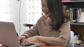Σε αργή κίνηση της ασιατικής δακτυλογράφησης κοριτσιών στο φορητό προσωπικό υπολογιστή απόθεμα βίντεο