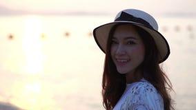 Σε αργή κίνηση της γυναίκας απολαύστε στην παραλία θάλασσας απόθεμα βίντεο
