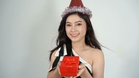Σε αργή κίνηση της ευτυχούς γυναίκας με το καπέλο και της εκμετάλλευσης ένα κόκκινο κιβώτιο δώρων Χριστουγέννων σε μια χειρονομία απόθεμα βίντεο
