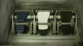 Σε αργή κίνηση της μηχανής κάνει τη δοκιμή των πελμάτων φιλμ μικρού μήκους