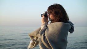 Σε αργή κίνηση της νέας γυναίκας στα γκρίζα ενδύματα που παίρνουν τις εικόνες του ωκεανού απόθεμα βίντεο