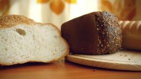 Σε αργή κίνηση της ποικιλίας του ψωμιού στον πίνακα μέσα φιλμ μικρού μήκους