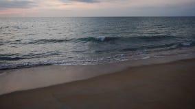 Σε αργή κίνηση τουρίστας που κάνει το βίντεο στην παραλία για τους συγγενείς απόθεμα βίντεο