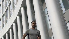 Σε αργή κίνηση του καθορισμένου προσώπου που τρέχει στα ακουστικά, workout κίνητρο απόθεμα βίντεο