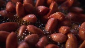 Σε αργή κίνηση του μικρού λουκάνικου πάρτε τηγανισμένος σε ένα παν σύνολο του πετρελαίου 2 απόθεμα βίντεο