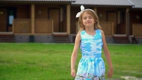 Σε αργή κίνηση του τ καλό μικρό κορίτσι στο πάρκο αναπηδά στη διαδρομή φιλμ μικρού μήκους