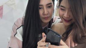 Σε αργή κίνηση του όμορφου ασιατικού κοριτσιού που χρησιμοποιεί το κινητό κινητό τηλέφωνο με το πρόσωπο χαμόγελου φιλμ μικρού μήκους