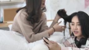 Σε αργή κίνηση του όμορφου ασιατικού κοριτσιού που χρησιμοποιεί το κινητό κινητό τηλέφωνο με το πρόσωπο χαμόγελου απόθεμα βίντεο