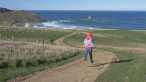 Σε αργή κίνηση, τρέχοντας στη εθνική οδό μέσω του αγροκτήματος στη θάλασσα φιλμ μικρού μήκους