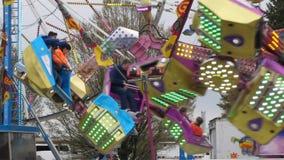 Σε αργή κίνηση των ανθρώπων που έχουν τη διασκέδαση στις διασκεδάσεις καρναβάλι απόθεμα βίντεο