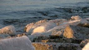 Σε αργή κίνηση των κυμάτων που συντρίβουν κατά τη διάρκεια ενός χειμώνα στη θάλασσα της Βαλτικής, απόθεμα βίντεο