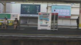 Σε αργή κίνηση υπόγειος σταθμός υπογείων Ασιατικοί κάτοχοι διαρκούς εισιτήριου που παίρνουν το τραίνο Τόκιο απόθεμα βίντεο