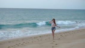 Σε αργή κίνηση φίλη που περπατά στην παραλία με το φίλο το βράδυ απόθεμα βίντεο