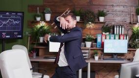 Σε αργή κίνηση φορητός πυροβολισμός του εταιρικού χορού εργαζομένων γραφείων απόθεμα βίντεο