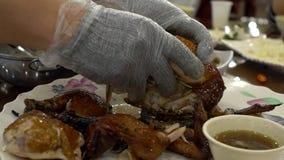 Σε αργή κίνηση χέρια αρχιμαγείρων που προετοιμάζουν τα παραδοσιακά τρόφιμα κοτόπουλου Εστιατόριο Ταϊβάν απόθεμα βίντεο