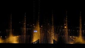 Σε αργή κίνηση χορεύοντας πηγές και εκρήξεις του νερού τη νύχτα - τα φω'τα, τα χρώματα και η νύχτα μουσικής παρουσιάζουν φιλμ μικρού μήκους