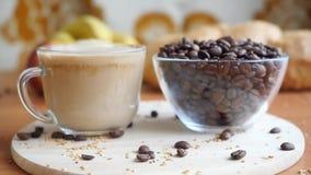 Σε αργή κίνηση χύνοντας γάλα σε έναν διαφανή καφέ απόθεμα βίντεο