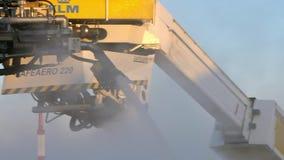 Σε αργή κίνηση ψεκάζοντας de-icer στα φτερά αεροσκαφών Αντιψυκτική επεξεργασία αεροπλάνων απόθεμα βίντεο