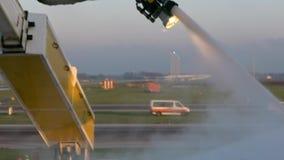 Σε αργή κίνηση ψεκάζοντας de-icer στα φτερά αεροσκαφών Αντιψυκτική επεξεργασία αεροπλάνων φιλμ μικρού μήκους