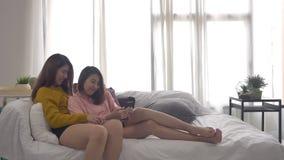 Σε αργή κίνηση - όμορφη νέα ασιατική συνεδρίαση ζευγών γυναικών LGBT λεσβιακή ευτυχής στο αγκάλιασμα κρεβατιών και χρησιμοποίηση