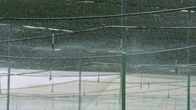 Σε αργή κίνηση - sprinkers νερού που ποτίζουν μέσα σε ένα θερμοκήπιο απόθεμα βίντεο